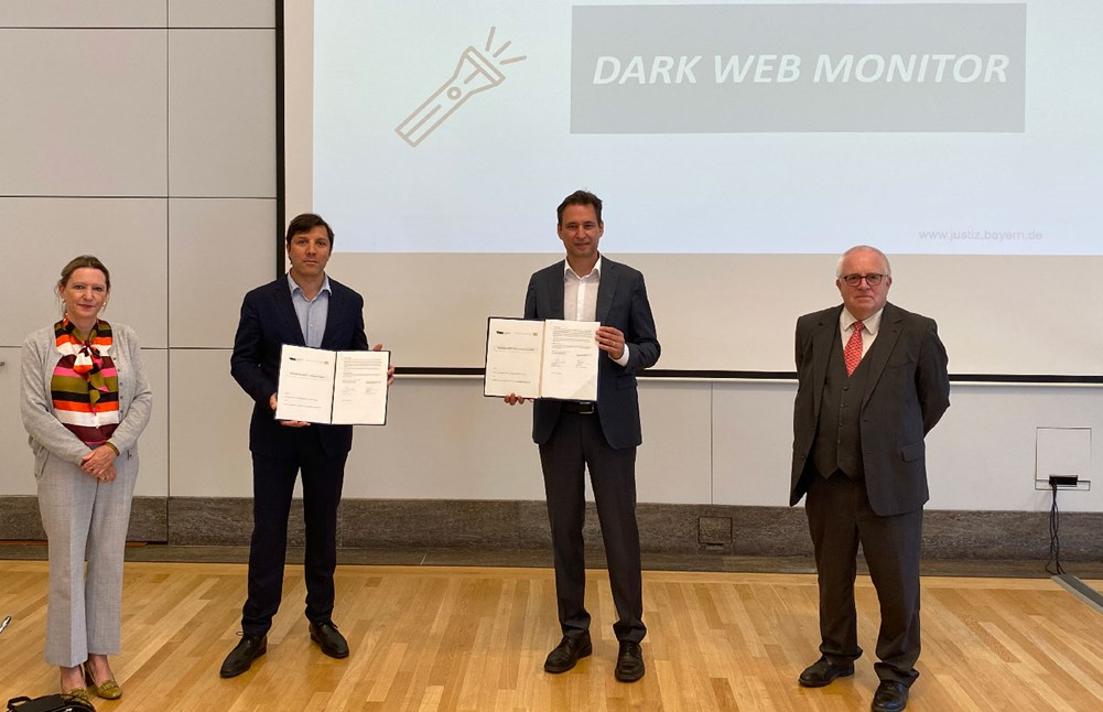 Annemarie Zielstra (TNO), Krishna Taneja (Director State Security TNO), Georg Eisenreich (Bavarian Ministry of Justice) and Thomas Janovsky (Attorney General Bamberg) sign agreement about cybercrime